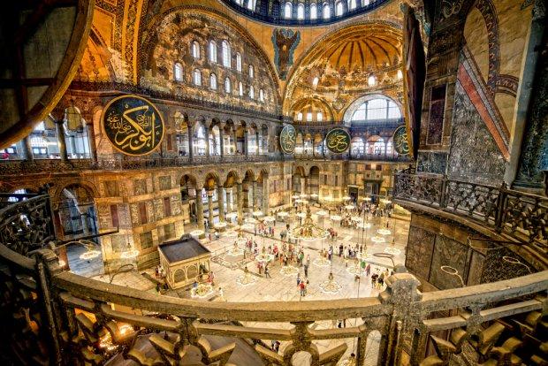 Wnętrze bizantyjskiej świątyni Hagia Sophia w Stambule, fot. Artur Bogacki / shutterstock.com