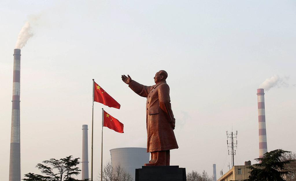 Chiny, pomnik Mao na tle huty stali
