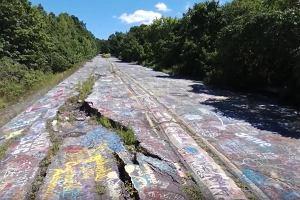 To nie jest zwyczajna droga. W całości pokrywa ją graffiti. Wszystko przez pożar sprzed ponad 50 lat