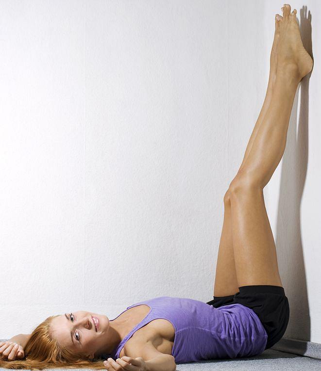 Jeden z domowych sposobów na żylaki? Trzymanie nóg w górze lub spanie z poduszką pod stopami