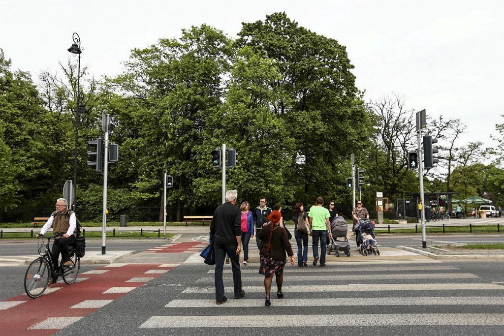 Plac na Rozdrożu, przejście dla pieszych i rowerzystów.