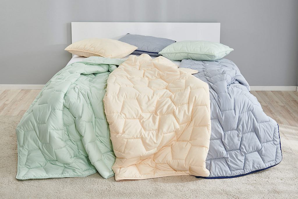 Zestaw Dormeo w trzech kolorach: poduszka, kołdra, torba AdaptiveGO