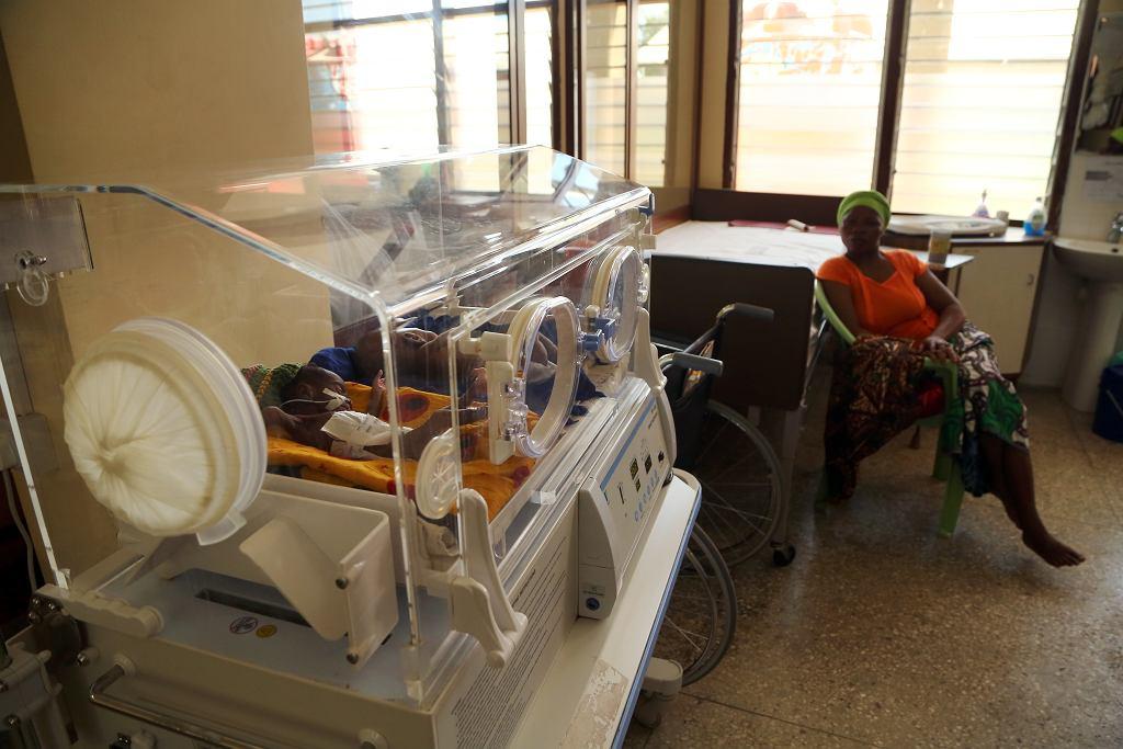 W szpitalu w Nyangao rodzi się 2,5 tys. dzieci rocznie. Dziennie przychodzi  na świat siedmioro-dziesięcioro dzieci. Niektóre wymagają intensywnej opieki medycznej