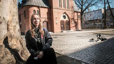 Zofia Nierodzińska przed kościołem na poznańskich  Jeżycach