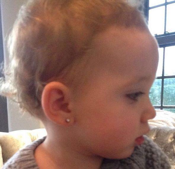 Modelka przekłuła uszy malutkiej córeczce. Szczyt obciachu?