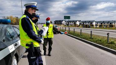 Koronawirus. Od czwartku (16 kwietnia) mamy obowiązek zakrywania twarzy. W Białymstoku zapominalskim policjanci rozdawali maseczki.