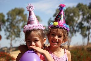 Lato to świetny czas na garden party dla dzieci. Prezentujemy piękne dekoracje i dodatki.