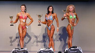 Kinga Szweda (w środku) na Mistrzostwach Polski w Kulturystyce i Fitness