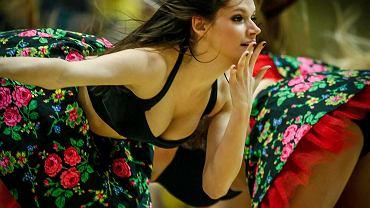 """Bez nich mecze koszykarzy Asseco nie byłyby takie same. Gdyńskie cheerleaderki potrafią rozgrzać publiczność w zimowe wieczory, nawet, gdy koszykarzom Asseco nie wiedzie się na parkiecie (zdjęcia z sobotniego, przegranego meczu z Energą Czarni Słupsk). W nowym sezonie przygotowały kilka efektownych choreografii, jedna nawiązuje do znanego utworu """"My Słowianie""""."""