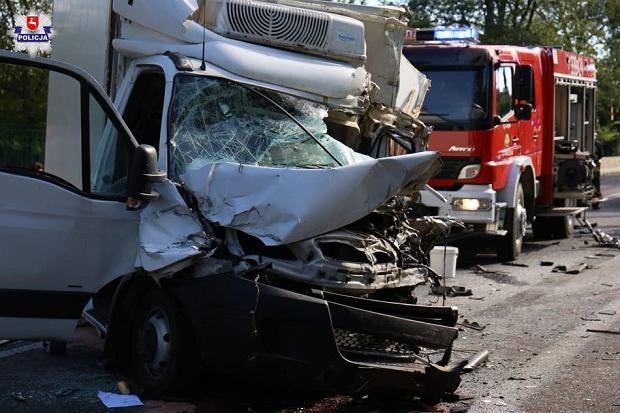 W wypadku na DK12 zginęła jedna osoba, a 16 zostało rannych
