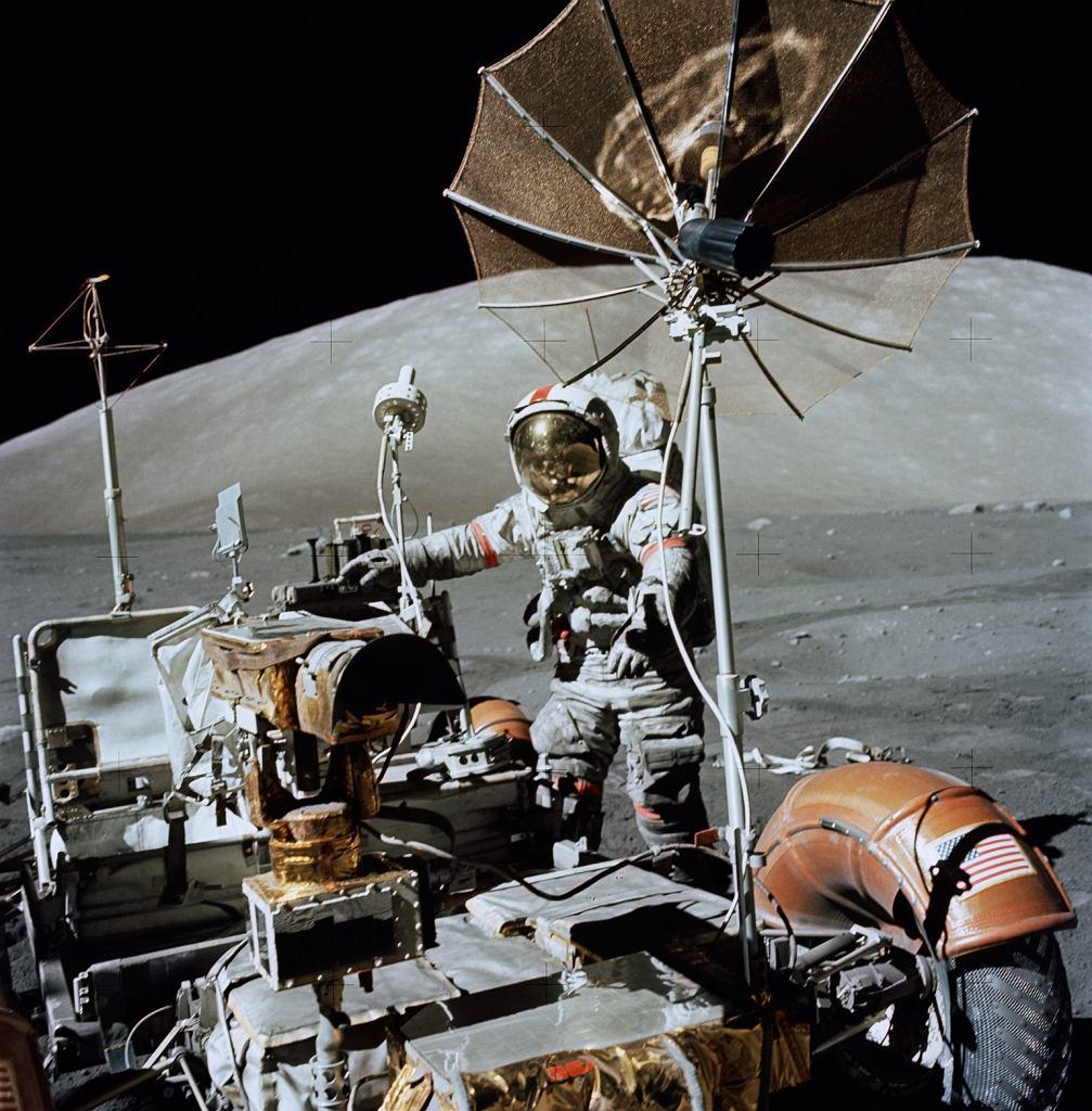Astronauta Eugene A. Cernan, dowódca misji Apollo 17 obok pojazdu LRV na Księżycu