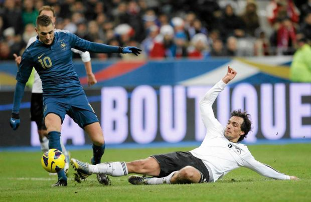France's Karim Benzema, left, is challenged by Germany's Mats Hummels during the soccer friendly match between France and Germany in the Stade de France in Saint-Denis, France, Wednesday, Feb.6,2013. (AP Photo/Francois Mori)