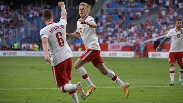 Kacper Kozłowski (6) i Karol Świderski podczas meczu Polska - Islandia (2:2) w Poznaniu