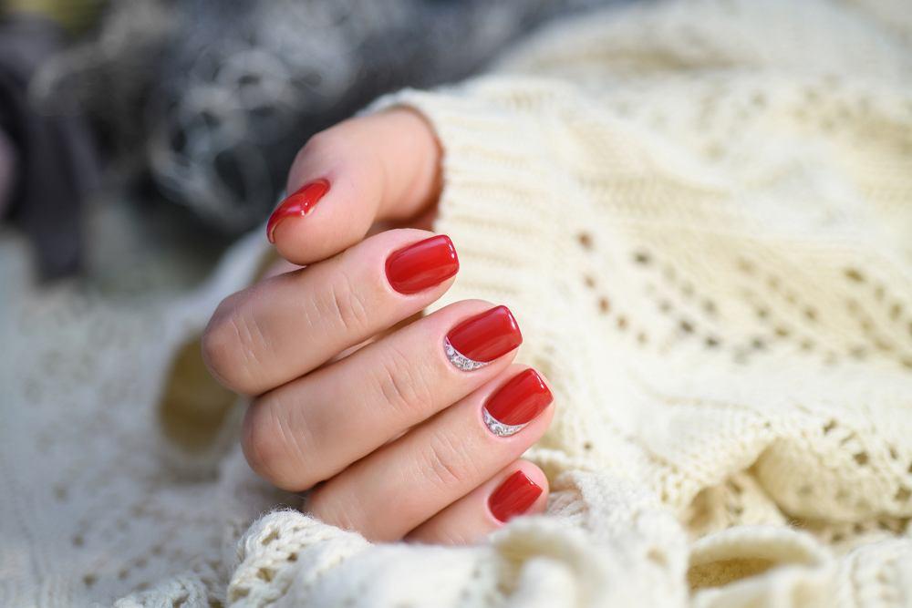 Czerwone paznokcie - trendy na jesień 2019. Jaki będzie najmodniejszy manicure?