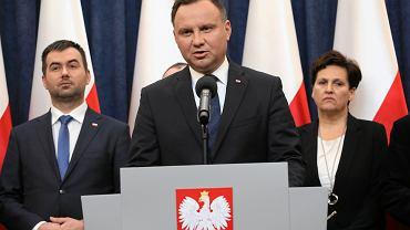 Rzecznik prezydenta Błażej Spychalski, prezydent Andrzej Duda, szefowa Kancelarii Prezydenta RP Halina Szymańska