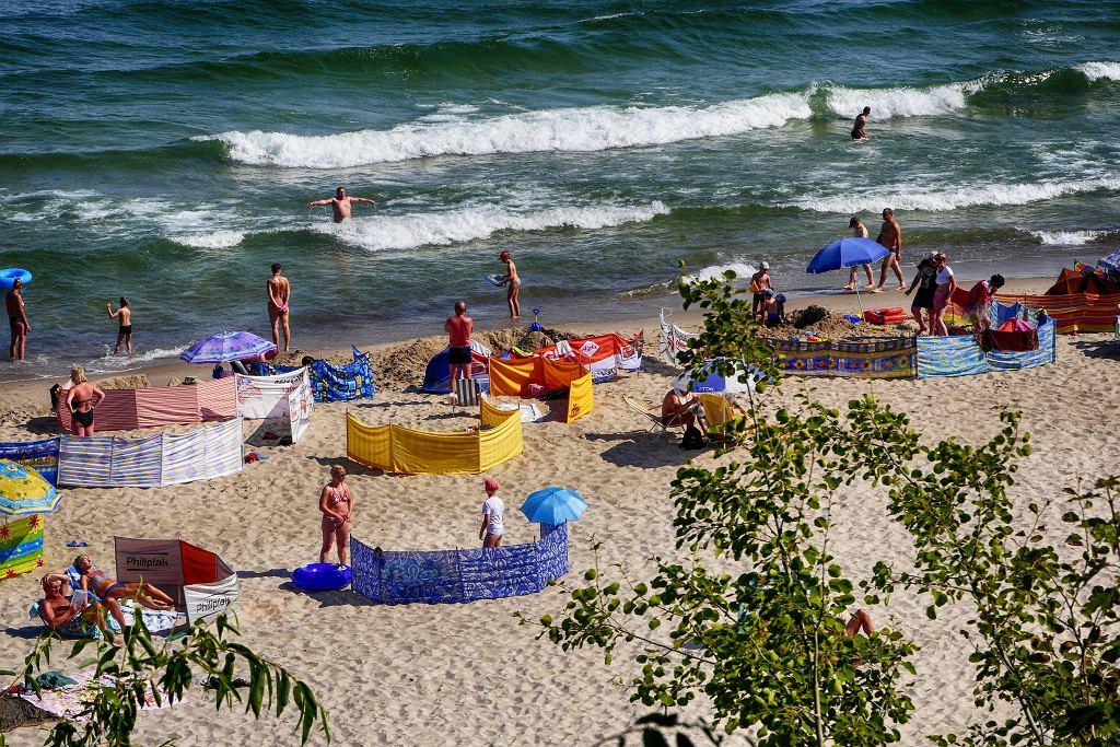 Wakacje 2021 na Pomorzu? Poznaj Kaszubów i język kaszubski. Na zdjęciu sztrąd, czyli plaża, w Jastrzębiej Górze, po kaszubsku zwanej Pilëce