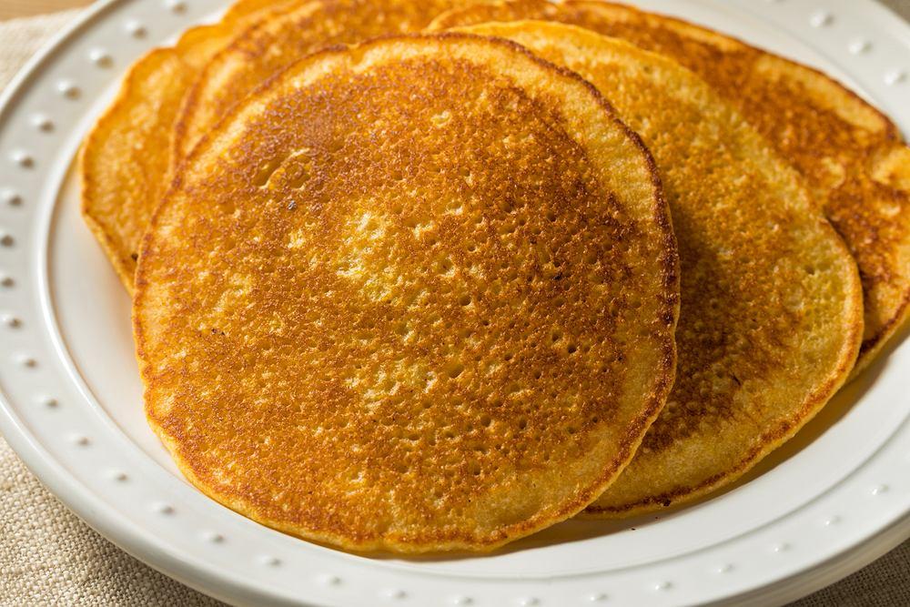 Ciasto na naleśniki kukurydziane możesz przygotować bez jajek lub z jajkami (zdjęcie ilustracyjne)