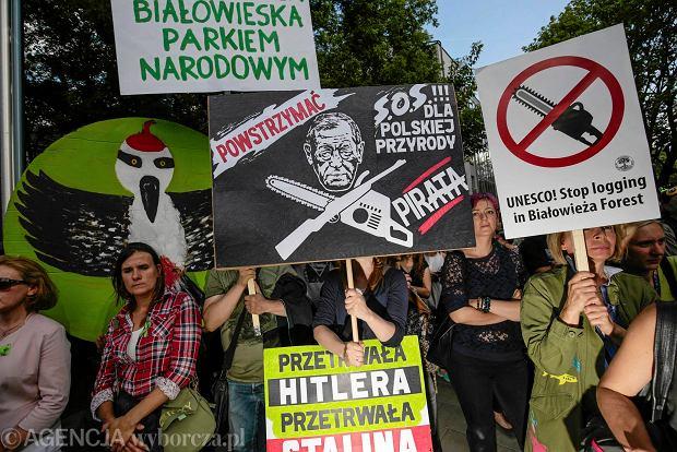 Zdjęcie numer 0 w galerii - Hasła demonstracji w Krakowie. Zobacz uczestników oraz ich transparenty