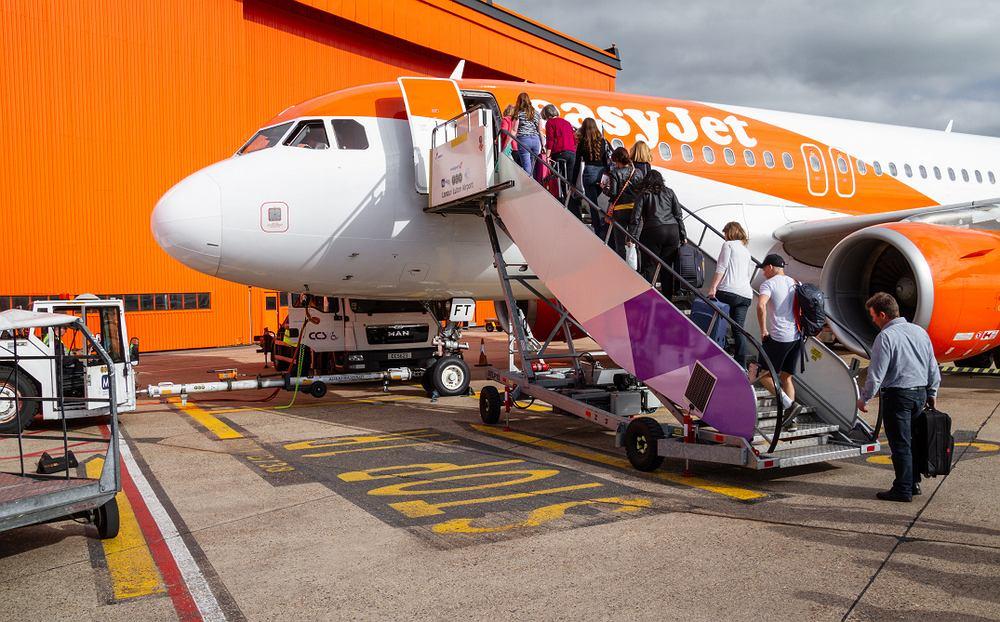 Pasażer easyJet jadła chipsy przez cały lot, by nie nosić maseczki