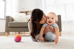 Zasiłek dla matki samotnie wychowującej dziecko. Jakie warunki należy spełnić w 2020 roku?