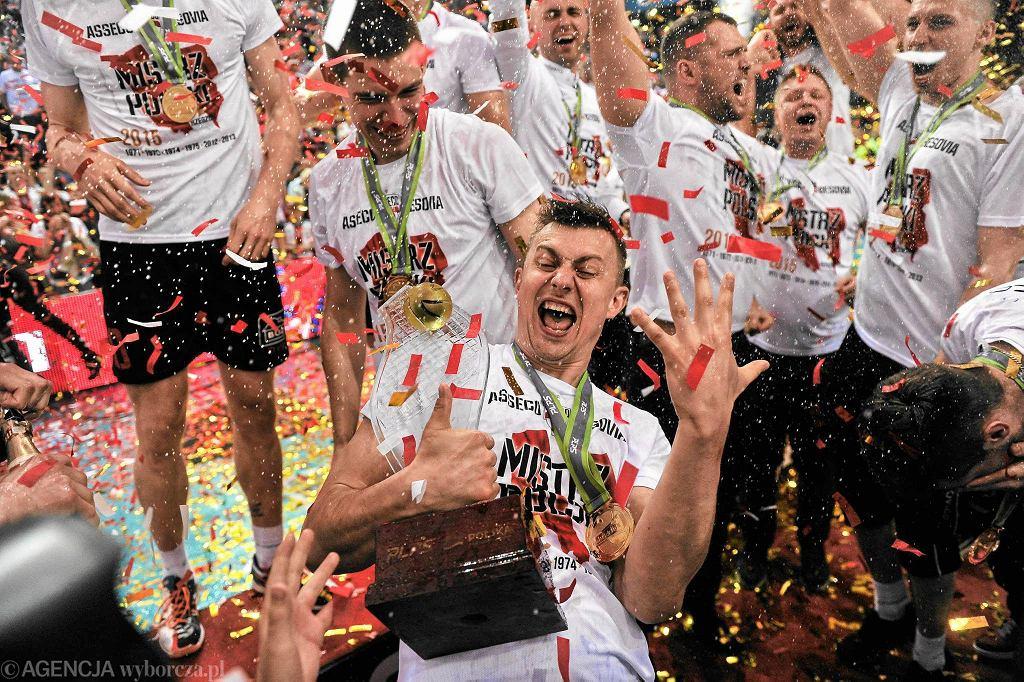 Sezon 2014/2015. Krzysztof Ignaczak świętuje swój szósty tytuł mistrza Polski, trzeci w barwach Asseco Resovii
