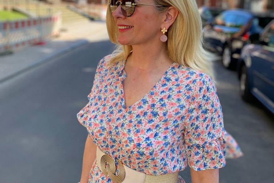 Sukienki w kwiaty to doskonały wybór na lato