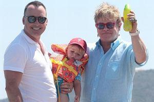 Elton John i David Furnish z synem.