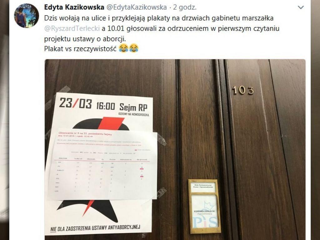 Plakat na drzwiach klubu PiS