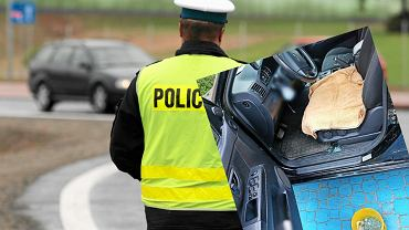 Policjanci uratowali 14- miesięcznego chłopca zatrzaśniętego w aucie