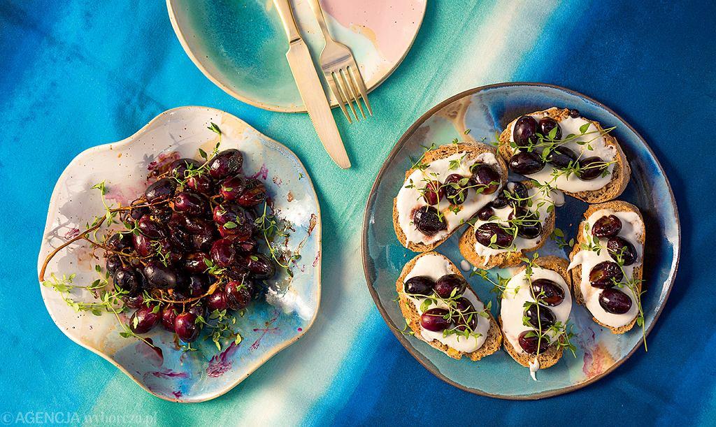 Bruschetty z ricottą, kozim serem i grillowanymi winogronami z tymiankiem
