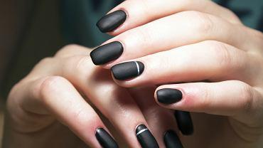 Czarne matowe paznokcie sprawdzą się idealnie na sezon jesień-zima 2020