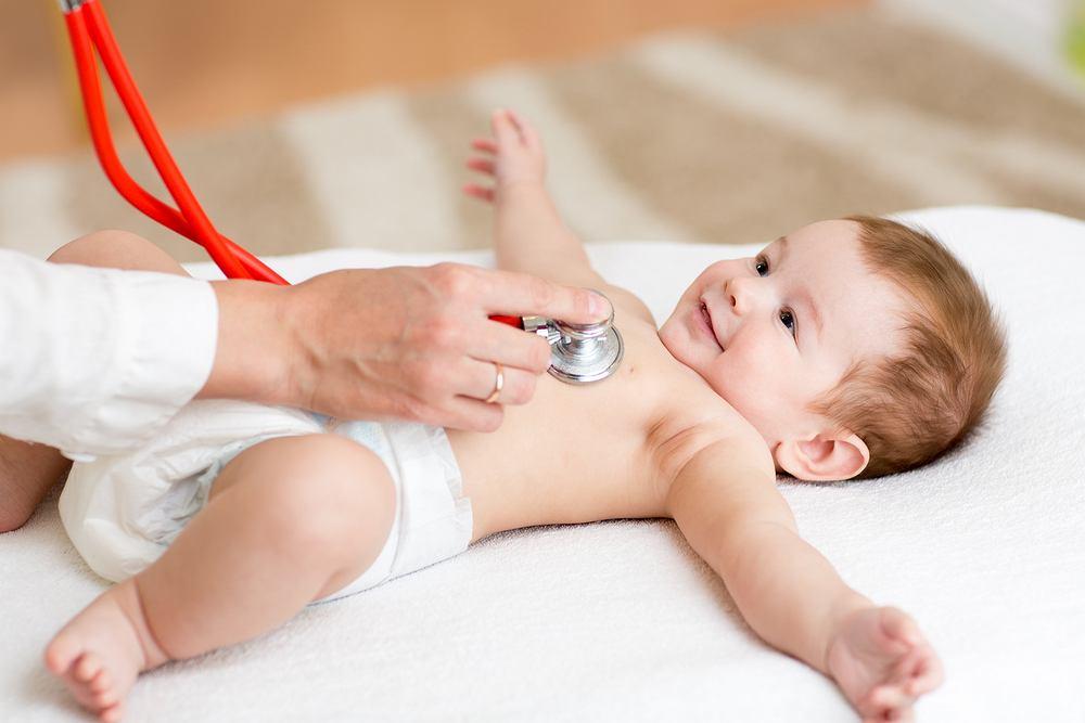 Osłuchiwanie za pomocą stetoskopu jest częścią rutynowego badania przez lekarza pediatrę. Pozwala ono ocenić częstotliwość i miarowość akcji serca.