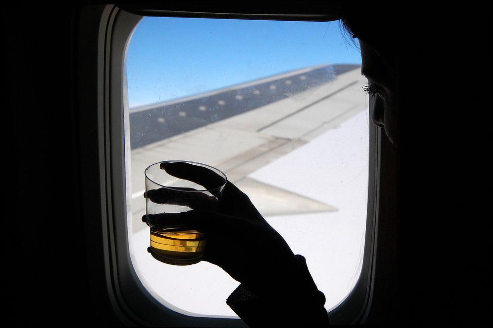 Czy w samolocie alkohol szybciej uderza do głowy?