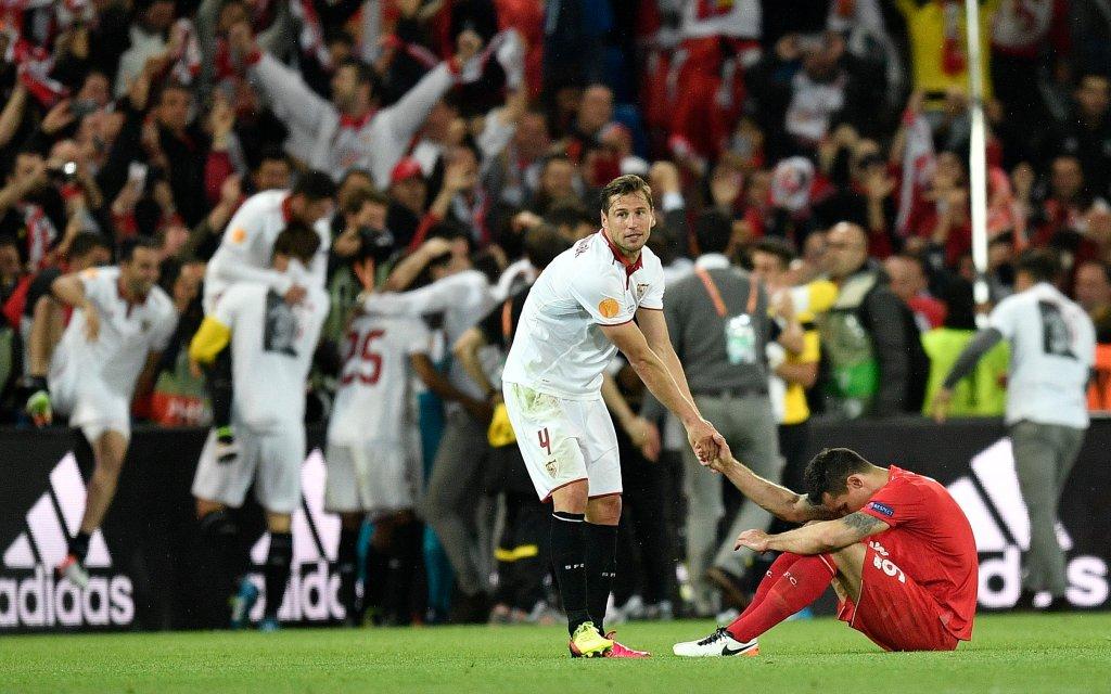 Grzegorz Krychowiak pociesza Dejana Lovrena po finale LE (Liverpool 1-3 Sevilla)