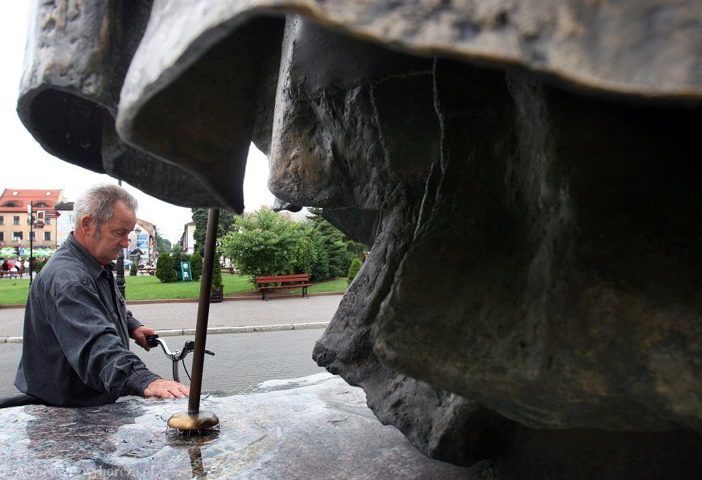 Pomnik Jana Pawła II w Wadowicach w 2007 roku - już wtedy z pastorału płynęła woda