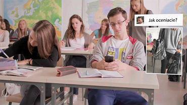 - Młodych trzeba uczyć, jak mądrze korzystać z telefonów, a nie zakazywać czegoś, co jest dla nich naturalne jak oddychanie - mówi dyrektor dwóch zespołów szkół. Na zdjęciu: kadr ze spotu Feminoteka o cyberprzemocy
