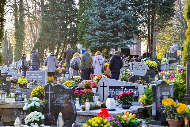 Zdjęcie numer 18 w galerii - 1 listopada w Bielsku-Białej. Kwiaty, wieńce i znicze na grobach [ZDJĘCIA]
