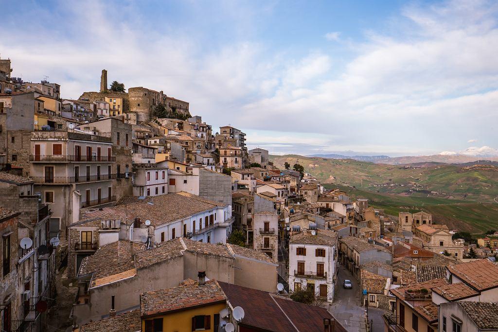 Sycylijskie miasteczko rozdaje domy za darmo