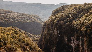 Malownicze kaniony, skaliste wodospady. 5 cudów natury, dla których warto w końcu odwiedzić Gruzję