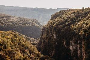 Malownicze kaniony, skaliste wodospady, turkusowa woda. 5 cudów natury, dla których warto w końcu odwiedzić Gruzję