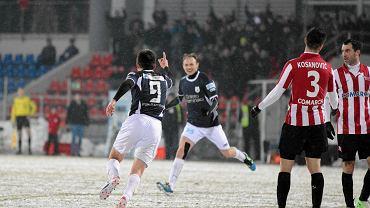 Łukasz Suchocki cieszy się po strzeleniu pierwszej bramki podczas meczu Cracovią Kraków. Drużyna z Olsztyna wygrała 3:0 (30 marca 2013 r.)