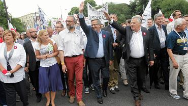 """Marsz KOD """"Wszyscy dla Wolności"""". Od lewej: Anna Komorowska, Barbara Nowacka, Mateusz Kijowski, Bronisław Komorowski i Aleksander Kwaśniewski"""