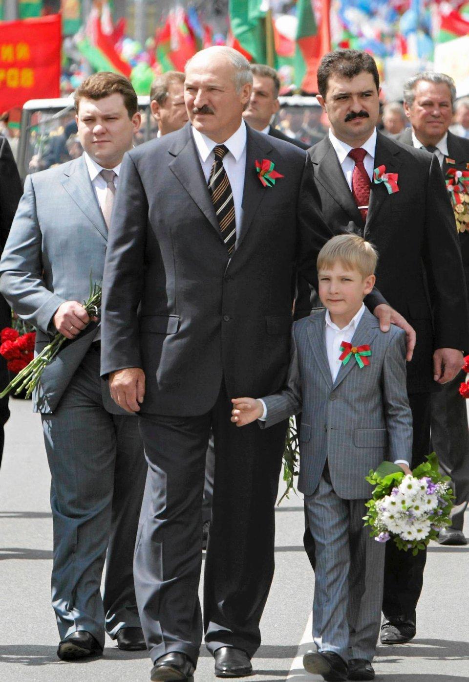 Ród Łukaszenków. Od lewej: Dzmitryj, Aleksander, Wiktor, na pierwszym planie najmłodszy Mikołaj