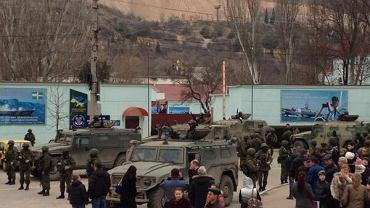 """""""Rosja, Rosja!"""" oraz """"Putin, Putin!"""" - skandowali w sobotę mieszkańcy Symferopola na Krymie po wiadomości, że rosyjski prezydent Władimir Putin zwrócił się do wyższej izby parlamentu o zgodę na użycie rosyjskich sił zbrojnych"""