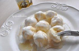 Twarogowe kluseczki z miodem i jogurtem