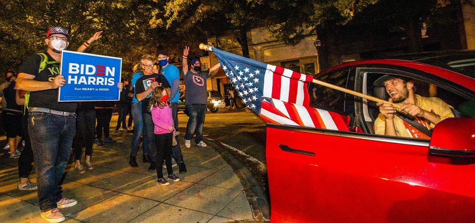 Wyborcy Joe Bidena i Kamali Harris cieszą się z ich zwycięstwa, East Atlanta w Georgii, 7 listopada 2020