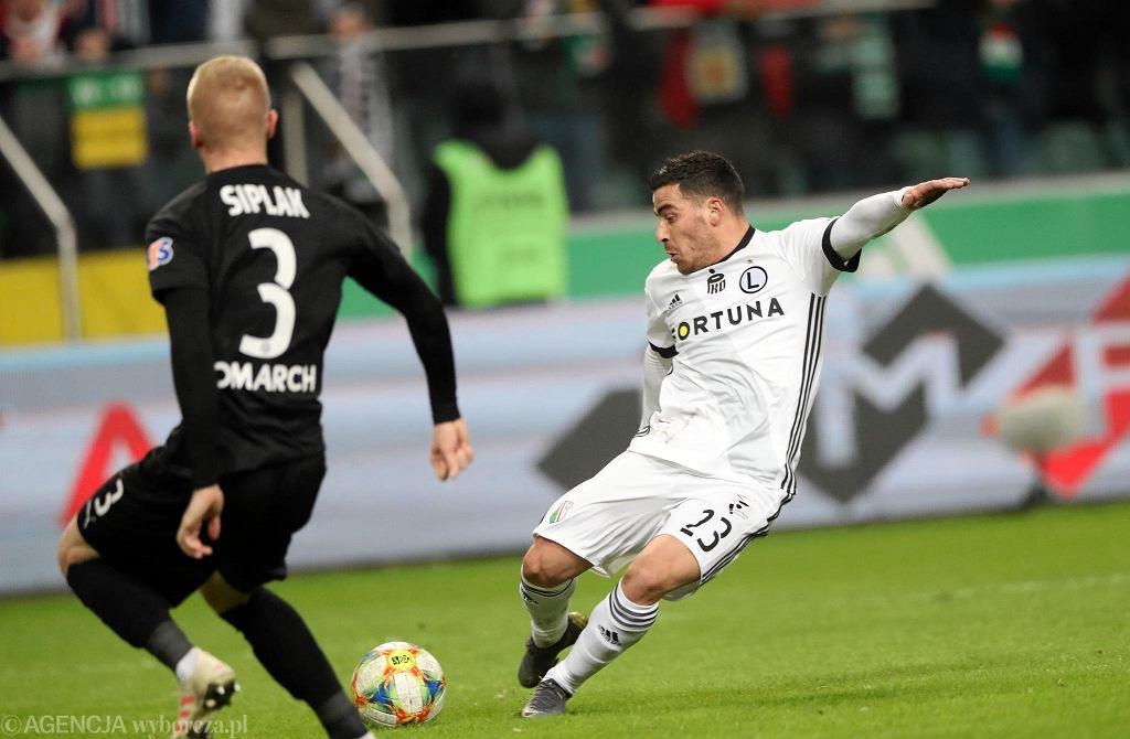 Po dwóch golach Javiego Hernandeza Cracovia wygrała z Legią przy Łazienkowskiej 2:0. To jej pierwsze zwycięstwo w stolicy od 1951 roku. Hernandez miał szansę na hattricka, ale nie wykorzystał rzutu karnego. Legia kończyła mecz w dziesiątkę po czerwonej kartce dla Williama Remy'ego.