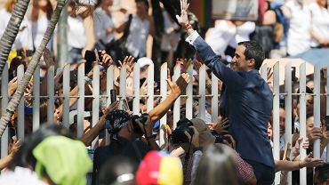 Juan Guaidó zaprzysiągł kilka tysięcy ochotników - wolontariuszy gotowych bronić konwojów z międzynarodową pomocą humanitarną. Pomoc ma wjechać ma do Wenezueli wbrew reżimowi Nicolasa Maduro. Caracas, 16 lutego 2019 r.