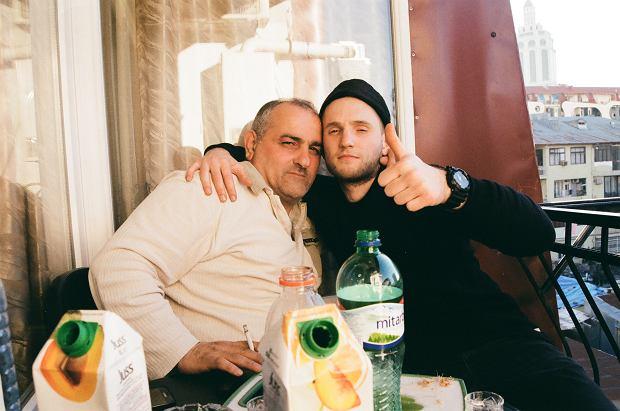 Od lewej: pan Mindia i Łukasz oblewają w Batumi pozytywne zakończenie procesu naprawy busa. Babcia Krzyśka uprzedzała, żeby nie pić z Gruzinami. Jak się okazało - miała rację.