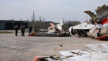 Polscy specjaliści badają szczątki Tu-154M 101 na płycie lotniska Smoleńsk Siewiernyj.
